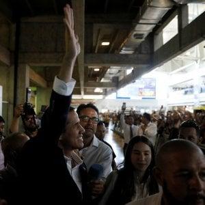 """Venezuela, Juan Guaidò è tornato a Caracas: """"Porremo fine all'usurpazione"""""""