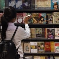 La metà dei lettori sceglie la narrativa, ma la poesia non si arrende