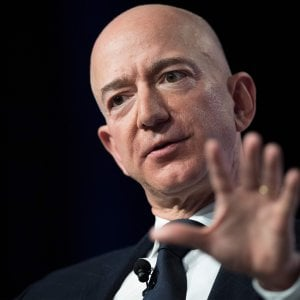 Bezos ancora primo tra i super paperoni. Battuti Gates e Buffett