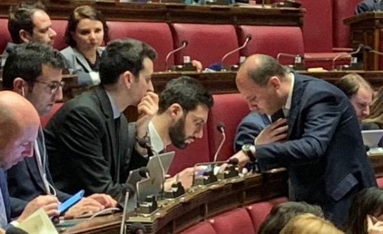 Legittima difesa la camera approva con 373 s la destra for Assistenti parlamentari m5s