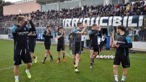 Lazio, festa derby con i tifosi: in cinquemila a Formello