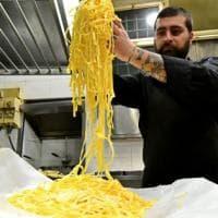 Bologna, per la sfoglia di pasta da Guinness anche gli uomini diventano sfoglini