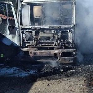 Latte, assalto armato a cisterna nel Sassarese: incendiato il veicolo