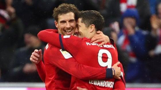 Bundesliga: il Dortmund non fa scappare il Bayern, Lewandowski nella storia