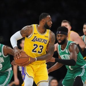 Basket, Nba: Irving schianta i Lakers, show Antetokounmpo per i Bucks