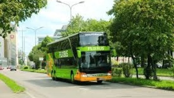 """Migranti, nel mirino la società Flixbus. """"Noi, autisti di bus ammanettati dai francesi"""""""