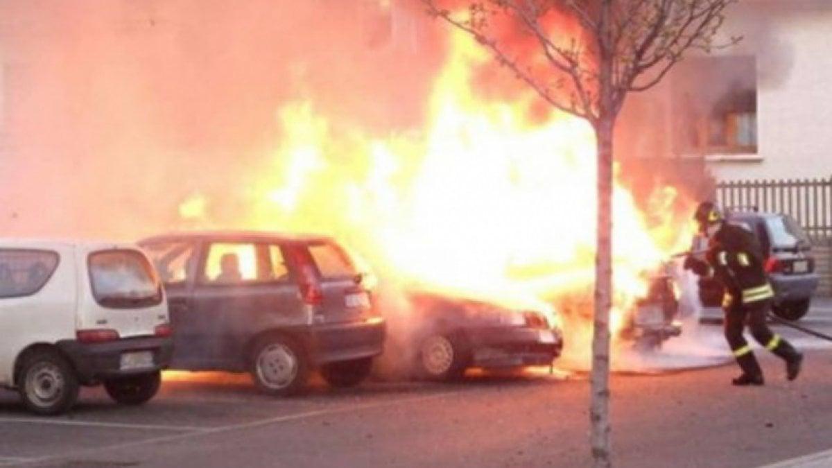 Reggio Calabria,dà fuoco all`auto con dentro l`ex moglie davanti a un liceo.Caccia all`uomo in tutta la citta`