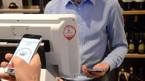 Un milione di italiani usa lo smartphone per pagare nei negozi: la rincorsa del mobile cambia le abitudini del Paese