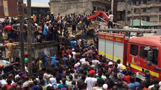 Nigeria, crolla una scuola: centinaia di bambini sepolti sotto le macerie