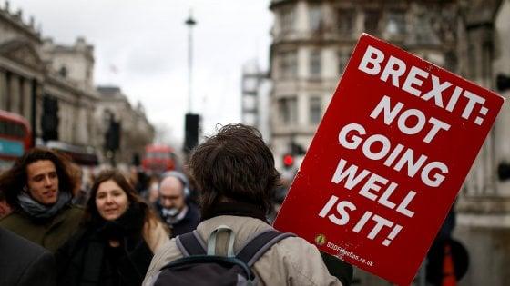 Sì del Parlamento di Londra a chiedere il rinvio della Brexit