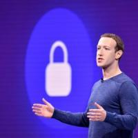 Il capo dei prodotti di Facebook lascia la società, Zuckerberg annuncia una rior...