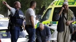 Sparatoria nelle moschee di Christchurch, la disperazione dei fedeli e l'arrivo delle forze dell'ordine