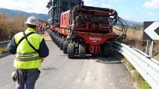 RepTv  Trasporti eccezionali: tra burocrazia e viadotti inadeguati, il convoglio impiega oltre un anno per fare pochi km   di MATTEO SESSA