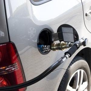 Auto, via libera al pieno di metano in modalità self. Ma servirà un corso