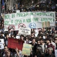"""Clima, manifestazioni in tutto il mondo. Gli studenti invadono le piazze: """"Solo in Italia..."""