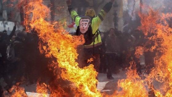 Parigi, gilet gialli di nuovo in piazza: palazzo in fiamme, 11 feriti