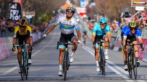 Ciclismo, Tirreno-Adriatico: Lutsenko oltre gli ostacoli, cade due volte ma vince lo stesso