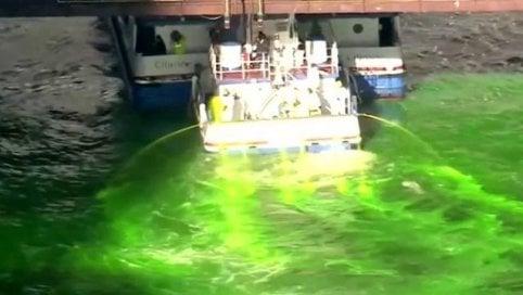 Il fiume si tinge di verde per il St. Patrick's Day