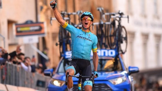 Ciclismo, Tirreno-Adriatico: assolo di Fuglsang, Adam Yates resta leader