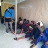 """Nave Ong italiana soccorre 49 migranti. La reazione del Viminale: """"Chiuderemo le acque..."""