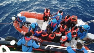 Ong italiana soccorre 49 migranti. Salvini risponde con direttiva ma non può chiudere le acque territoriali