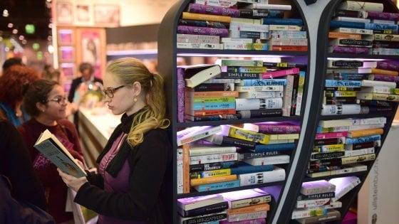 Poco tempo e troppe distrazioni: metà dei lettori legge solo un libro al mese
