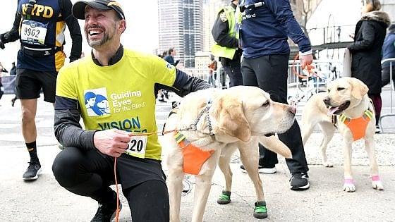 """Un'impresa a 14 """"zampe"""": Thomas non vede, ma con i suoi cani ha corso la Mezza di New York"""