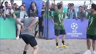 Del Piero e la rovesciata sulla sabbia: il risultato è doloroso