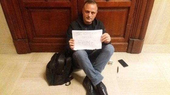 Denunciò Salvini per le divise. Vigile del fuoco occupa il Viminale