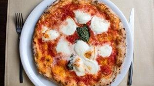 Se la pizza fa rima con felicità: è il cibo che sa regalare più gioia