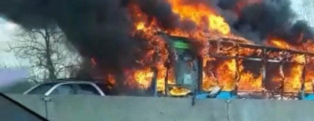 Autista dà fuoco al bus degli studenti, terrore per 51 ragazzi salvati dai carabinieri. Accusa di tentata strage con aggravante terrorismo