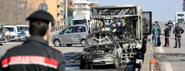 """Autista dà fuoco al bus degli studenti, terrore per 51 ragazzi salvati dai carabinieri. Il Pm: """"Gesto premeditato per strage migranti"""""""