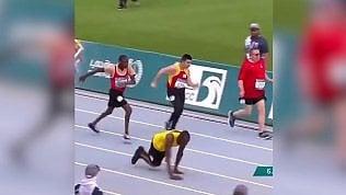 Atleta disabile corre 50 metri con le mani: Bolt lo celebra