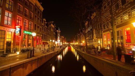 """""""Basta tour nel quartiere a luci rosse, non c'è rispetto per le prostitute"""": Amsterdam mette al bando le visite guidate"""