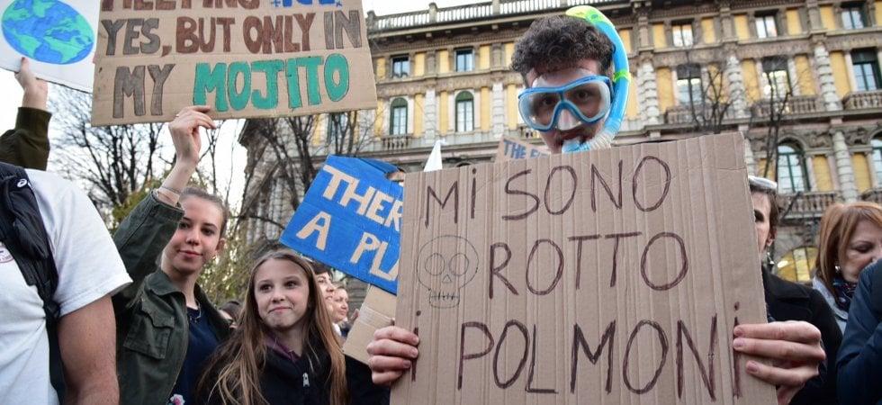"""Fridays for Future, la protesta per il clima torna in piazza: """"Non chiamateci partito,..."""