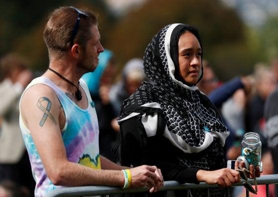 Nuova Zelanda, in centinaia alla moschea per commemorare le vittime della strage