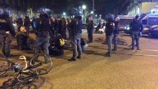 Torino, quattro manifestanti denunciati per le tensioni con la polizia al corteo dei ciclisti