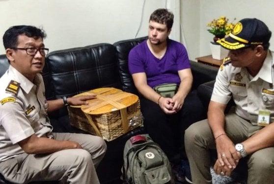 Indonesia, trovato con un orango drogato in valigia: lo voleva come animale da compagnia