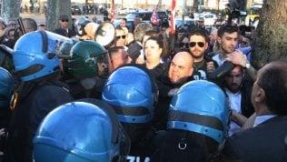 """Prato, a migliaia contro presidio di Forza Nuova. Tensione, cori a Gad Lerner: """"Ebreo"""" video"""