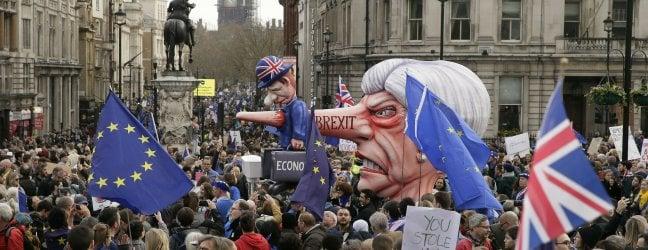 """Brexit, record di firme per revocarla. Folla nelle strade di Londra: """"Siamo un milione"""""""