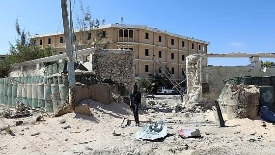 Somalia: media, autobomba e attacco a ministero, morti