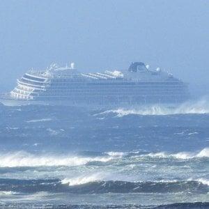 """Norvegia, la nave da crociera rientrata in porto. I passeggeri: """"Esperienza agghiacciante"""". Anche un italiano a bordo"""