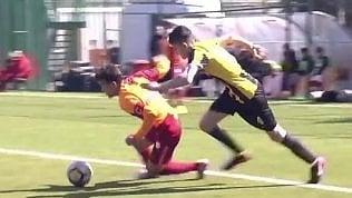 Il rigore è ingiusto: il gesto del giovane calciatore sorprende