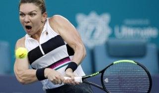 Tennis, Miami: Federer e Halep avanzano, eliminato Cecchinato