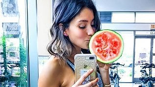 Blogger vegana sorpresa mentre mangia pesce in un video