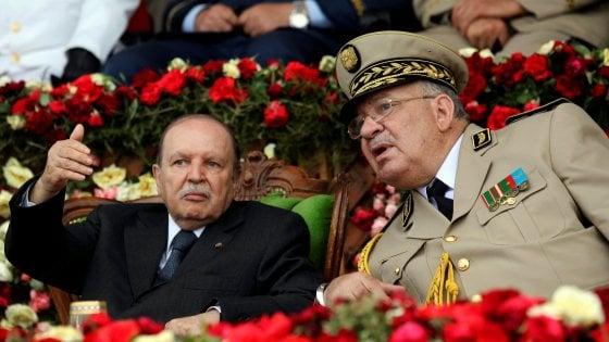 """Algeria, l'esercito abbandona Bouteflika: """"Non è più in grado di governare"""""""