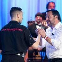 Lo show di Salvini al Maurizio Costanzo: canta, chiede l'autografo a Mahmood e dice sì...