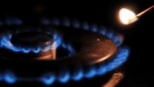 Energia, da aprile bollette meno care sul mercato tutelato: il prezzo del gas cala del 9,9%, quello dell'elettricità dell'8,5%