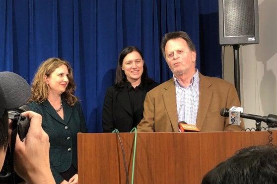 Edwin Hardeman con la sua legale Jennifer Moore (a sinistra) parla ai giornalisti dopo la condanna al risarcimento da parte di Bayer AG per il suo linfoma non-Hodgkin