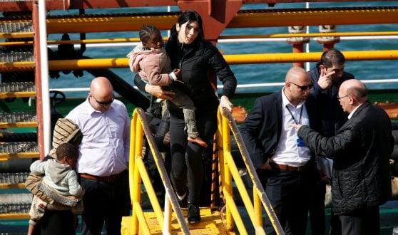Mercantile dirottato, sbarcati i migranti a Malta: cinque gli arrestati